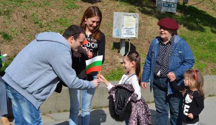 Mладите социалисти подаряват националния трибагреник на великотърновци